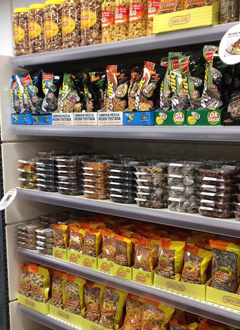 Exposición en supermercado de frutos secos El Llano